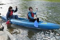 Nové nástupní schůdky pokřtili vodáci ve Věřňovicích. Akce byla součástí 21. ročníku česko-polské slavnosti u mostu ve Věřňovicích, jejíž součástí bylo i pouštění věnců po řece.