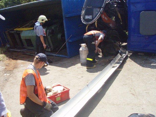 Likvidace následků havárie nákladního vozu v Karviné