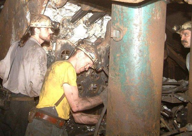 Horníci v podzemí černouhelných šachet.