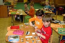Předškolní děti se připravují na zápis do první třídy.