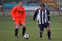 Fotbalisté Horní Suché (vpravo Tomáš Zima) se potřebují zachránit.