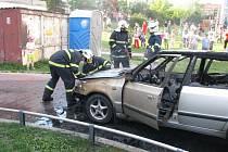 Při nenadálém vznícení auta měli řidič a spolujezdkyně štěstí, stačili z auta včas vystoupit.