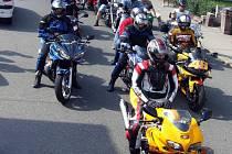 Na společnou symbolickou projížďku Těrlickým okruhem se kolem patnácté hodiny vydaly zhruba tři stovky motocyklů.