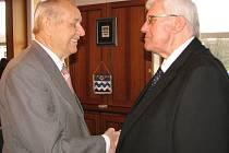 Jaromír Fajkus převzal gratulace od primátora Františka Chobota (vpravo).