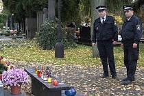 Hřbitovy ve všech městech jsou v těchto dnech pod zvýšeným dohledem strážníků.