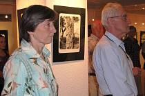 Návštěvníci vernisáže výstavy fotografií Tadeusze Gabryśe.