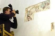 V karvinském kostele Povýšení svatého Kříže odkryli restaurátoři pod malbou vzácné fresky z 15. století