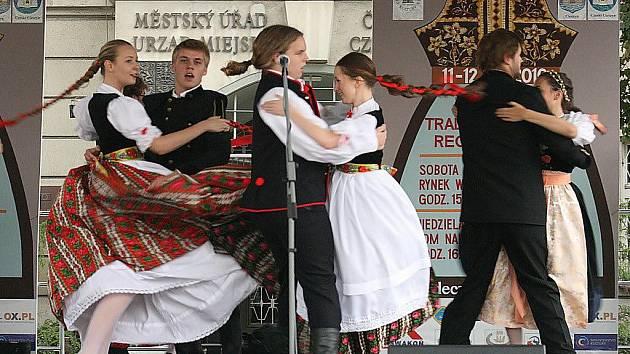 V Českém Těšíně se v sobotu představily folklorní soubory z Těšínska ve svých tradičních krojích.