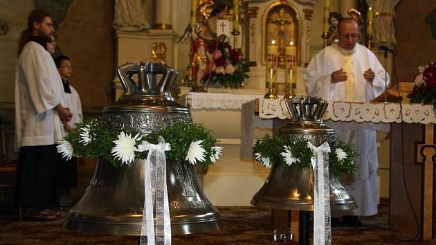 Slavnostní svěcení zvonů proběhlo v neděli v 10 hodin v dřevěném kostelíku v Dolních Marklovicích.