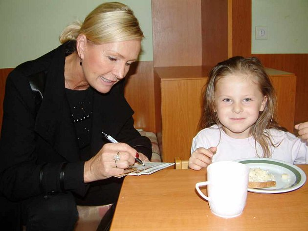 Helena Vondráčková zanechala dětem také vzpomínku v podobě fotografie s podpisem a osobním věnováním.