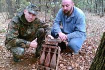 Aleš Hrubý (vlevo) při nálezu minometných granátů v Hněvošicích. Při jeho toulkách jej často doprovází další velký sběratel militarií Josef Mičuda (na fotce vpravo).