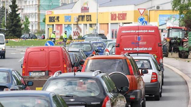 Odpolední dopravní špička prověřila objízdné trasy, které jsou nutné kvůli opravě mostu na Ostravské ulici. Na příjezdu do Karviné se tvořily kolony.