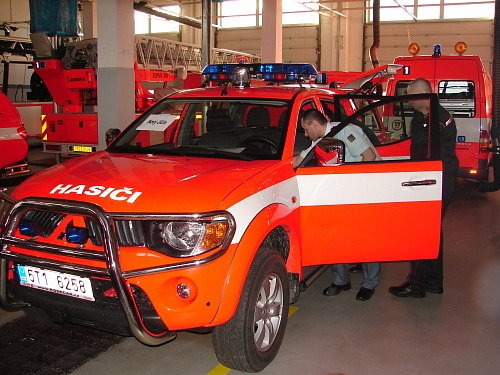 Takto si hasiči nedávno přebírali první várku velitelských vozů.
