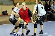 Mladé házenkářky Sokola (v červeném Denisa Adamusová) odstartovaly odvety v I. lize vítězně.