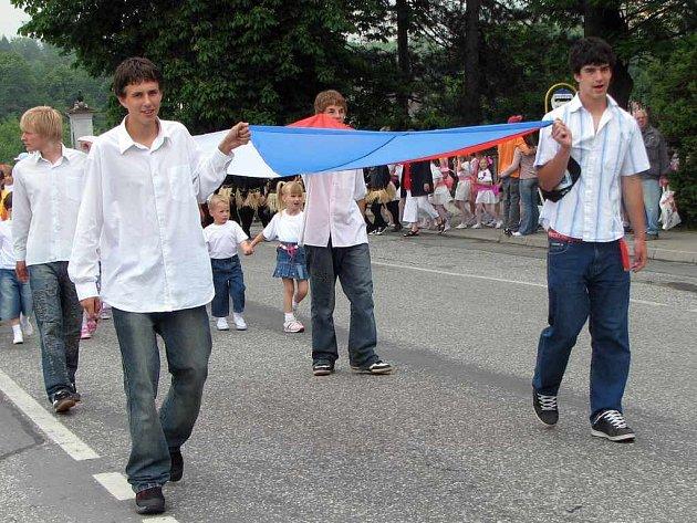 Sobotní oslavy zahájil průvod, v jehož čele žáci nesli státní vlajku.