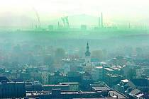 Ostrava v mlze a smogu.