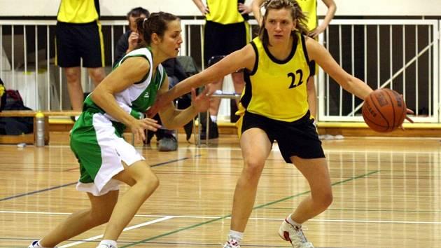 Jana Salavová (s míčem) zažila skvělý dvojzápas. Dařilo se jí hlavně proti Karlínu.