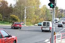 Snímek zachycuje situaci, kdy červené vozidlo odbočuje na Okrajovou ulici, zatímco zelené v protisměru se bude teprve rozjíždět. Další řidiči za červeným vozidlem by mu museli dát přednost.