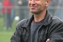 Trenér Pavel Hajný se sice usmívá, ale to v tuto chvíli jistě netušil, že u karvinského týmu předčasně skončí.