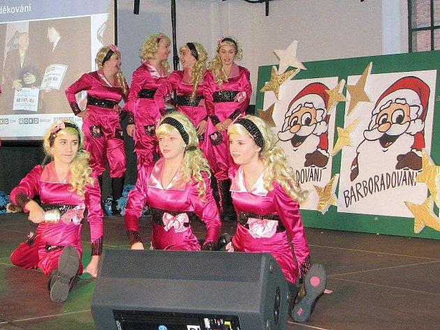 Malé tanečnice se nechaly při tvorbě kostýmů inspirovat filmem Pravá blondýna