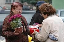 Řada lidí vyrazila o středečním státním svátku na hřbitovy zavzpomínat na své zemřelé blízké.