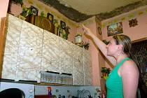 Terénní pracovnice ukazuje místa, kde lidem ze stěn prolézá plíseň.