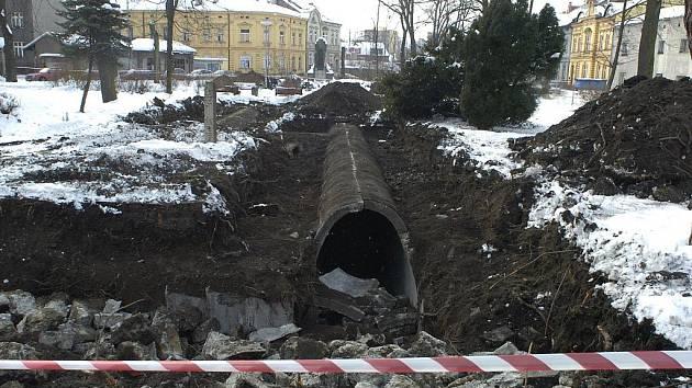 V Masarykových sadech v Českém Těšíně odkryli stavbaři při úpravách parku protiletadlový kryt z 2. světové války