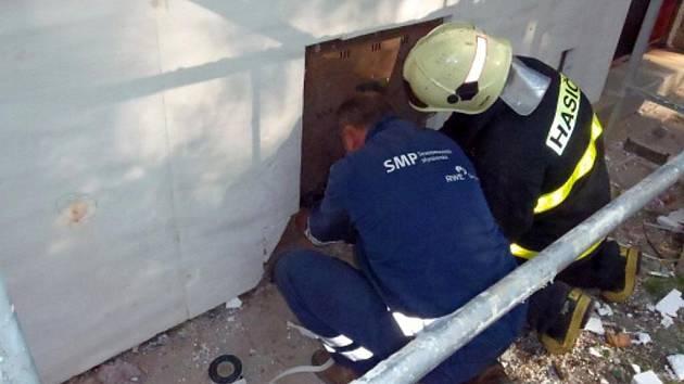 V Karviné museli hasiči a pohotovostní četa plynařů napravovat chybu dělníka, který navrtal trubku.