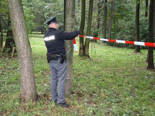 Policisté zajišťují místo nálezu