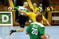 Július Korňan (s míčem) se marně snaží probít přes obrannou hráz Pražanů, reprezentovanou v tomto případě Janem Brabcem.