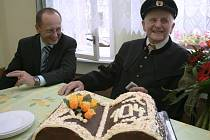 Pan Gabriel Miksa z Českého Těšína oslavil 104. narozeniny. Na snímku je s ním místatostarosta Vít Slováček.