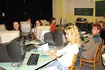 Obsah výuky obsluhy domácích počítačů je zaměřen pro mladé maminky.