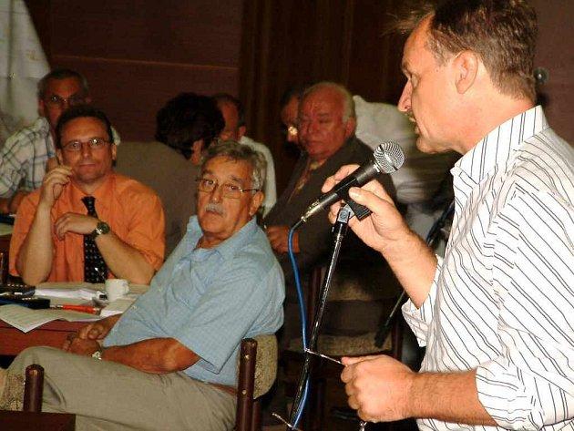 V diskuzi o zrušení ZŠ Vítězslava Nezvala vystoupil také opoziční zastupitel Petr Podstavka.