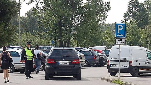 Provoz na parkovišti museli usměrňovat strážníci