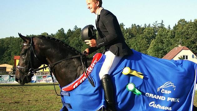Jan Zwinger na koni Al Cambero (JK Mustang Lučina) uspěl v soutěži S**-130 cm a v seriálu Dance and Jump Czech Junior Cup, určeném jezdcům do 21 let, je po pátém kole v čele celkového pořadí.