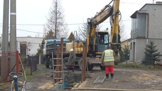 V ulici Na Stráni se provádějí výkopové práce na nové kanalizaci, které ztrpčují život místním obyvatelům.