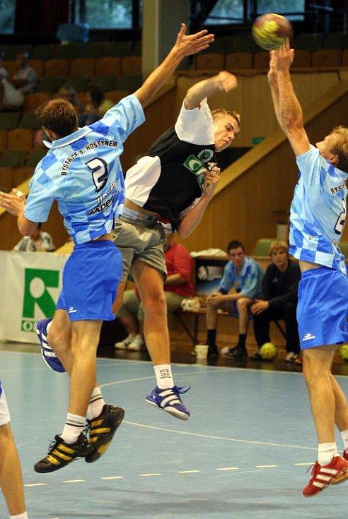 Jan Dudek (v černém) střílí gól