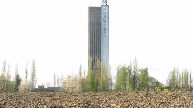 Vysoká skipová věž zůstala v areálu jako pozůstatek černouhelné šachty František