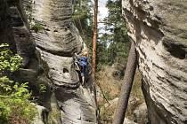 Výprava horolezeckého kroužku v pískovcových skalách.
