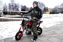 Jezdit na malém motocyklu zvládne skutečně každý školák.