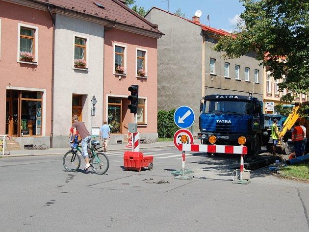 382 metrů potrubí mění v těchto dnech dělníci  ve Štefánikově ulici v Bohumíně. Řidiči proto musí počítat s částečným omezením dopravy.