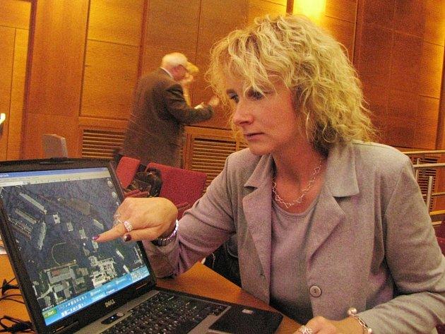 Sanace domů bude provedena i na Moskevské ulici. Místo ukazuje na mapě vedoucí tiskového oddělení havířovské radnice Radmila Friedlová.