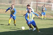 Stonavští fotbalisté, v čele s kapitánem Kamilem Šurinem (u míče), budou chtít letos dokázat, že si vyšší soutěž zaslouží.