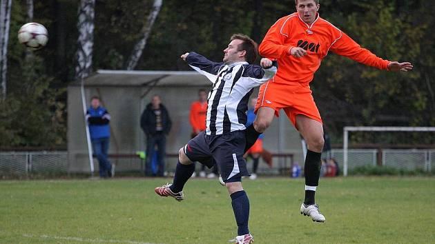 Fotbalové derby mezi Suchou a Albrechticemi (oranžové dresy) skončilo nerozhodně.