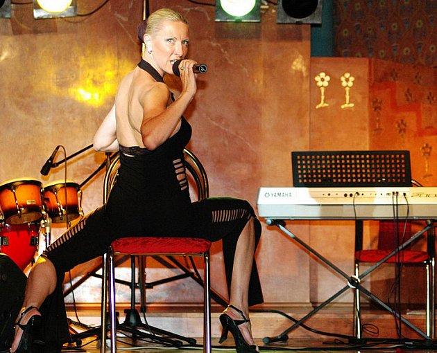 """Uznávaná česká šansoniérka Renata Drössler, rodačka z Třince, přezdívaná """"česká Marlene Dietrich"""", se počátkem srpna představí na třech koncertech v Noivě."""