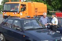 Strážnice pokutuje řidiče, který přijel na centrální parkoviště právě v době, kdy tam bylo kvůli čištění parkování zakázáno.