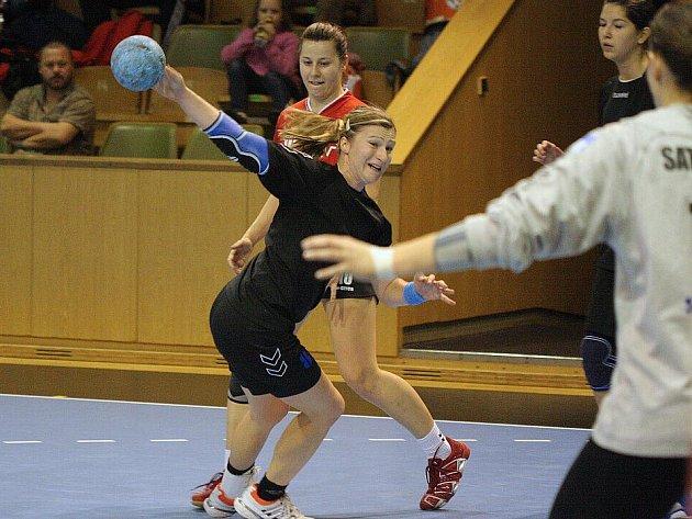 Olga Klosová (v černém), se 134 góly nejlepší karvinská střelkyně letošního ročníku II. ligy žen a lídr družstva, je pro své mladé svěřenkyně opravdovým vzorem