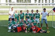 Karvinští chlapci svou kategorii U 11 vyhráli a mohou slavit, což si kromě hráčů naplno užívají i oba trenéři.