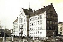 Českotěšínská radnice a její okolí v druhé polovině dvacátých let minulého století.