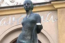 Poškozená socha před Lučinou